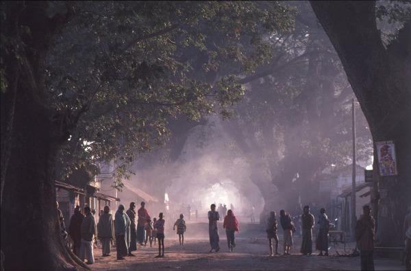 神長幹雄 撮影【農村の朝は早く、バスの街道沿いに人々が集まる。バングラデシュ・シャシャで】